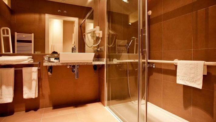 Cuarto de baño habitación estándar preparado para huéspedes con movilidad reducida